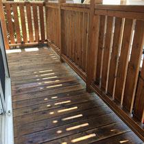 一階デッキの防腐処理塗装済、新品の様子を取り戻したような仕上がり。