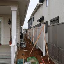 組立後、ぐらぐら動かないように仮設で固定してからコンクリートを打設します。