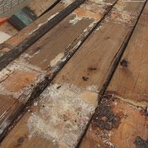 既存のデッキ床面の裏側。腐食を促進する腐朽菌が見られました。日照不足、床高さの低さからくる湿気、風通しの悪い環境などが重なり、10年のサイプレスは再利用が困難な程腐っていました。