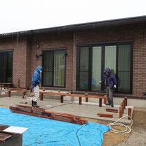 コンクリート平板を施工後、ウッドデッキとウッドフェンスを施工します。