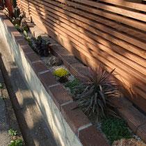 狭い植栽帯でも、グランドカバーと葉や樹形を楽しむ植栽等でインパクトあります。