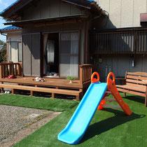 人工芝をひいてすべり台を置けば、お孫さんだけの公園になりました!