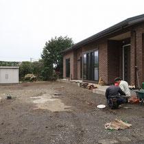 施工前、まずは地盤を掘削する場所を確認します。