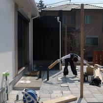 デッキ工事着工、まずは束石を設置してから束柱の長さを調整します。