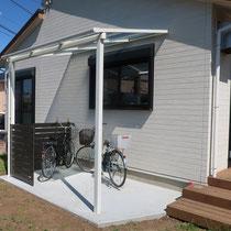 フェンスで囲まれた休息施設として、雨除けを兼ねる自転車置場ができました。