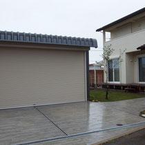 ガレージ前とアプローチの舗装、芝貼りも完成しました。