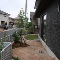 アオダモの樹木を中心にせり出した、リズミカルな平板が印象的なお庭です。