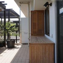 分譲マンションの一階お庭の隙間にピッタリ収まる。壁面には固定しない特殊なサイズの収納庫です。