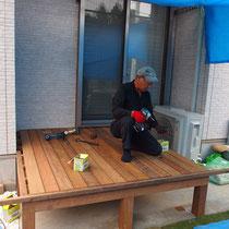 すき間をあけながら床板をならべ、ステンレスビスで固定していきます。