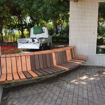 仕上がった様子、既存の板材と新規の板材は色目が同じにはなりませんが、公園の休息場所として使えるようになりました。