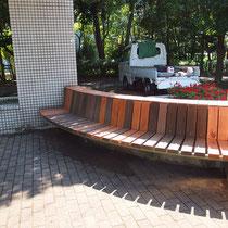 板材を取替、塗装が乾いてベンチが使えるようになりました。