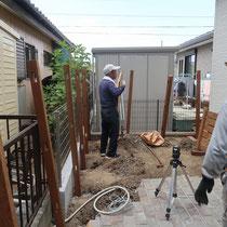 重厚なポルフィード石を施工後、事前に準備してきたイタウバのウッドフェンスを組み立てます。