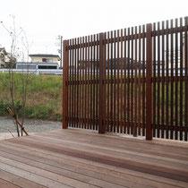 周囲の道路はお庭よりも高さがあるため、外からの目線が気になる環境です。今回はデッキと合わせフェンスを設置しました。