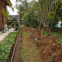 全長30m以上もある隣地境界沿い。まずは土止めブロックを2段施工します。