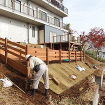 下方より、盛土したのり面にはロールの高麗芝をはり目串で固定しました。