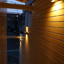 階段上からの眺め。背の高さを生かした上下にテラス照明が美しいライトアップになりました。