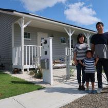 完成撮影、家族そろってスマイル!素敵なお住いの爽やかなS様ご一家です。