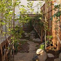 正面のフェンスにはよしずを吊り、涼しげなプライベート庭園になりました。