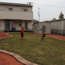 完成記念の撮影、とても広いお庭でかけっこが出来るくらい、芝生が綺麗によみがえりました。