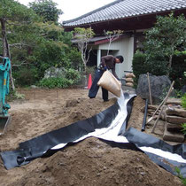 まずは地盤改良、魚の骨のように地中に暗渠排水と透水性を高めるパーライトを埋設します。