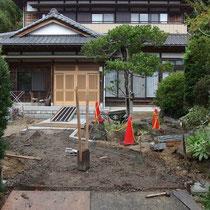 地盤改良と排水設備を設置後、御影石で通路を作成していきます。