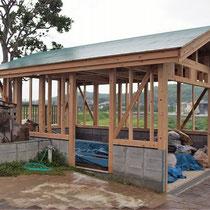 ひのきとサイプレスの骨組みが完成し、屋根には防水シートを敷設しました。