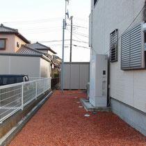 建物外周の雑草対策、ザバーン240の防草シートで覆いレンガチップを敷設します。