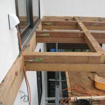 予め壁面から出しておいたボルトに、桁受けの板を固定。そこに掛けた梁を引っ張る金物を桁裏から出して固定します。