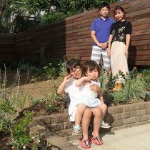 完成後の記念撮影、フェンスでお庭の背景ができて植物も美しく映えるガーデンになりますね。
