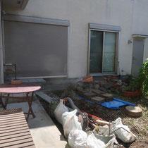 施工前、旧邸と新居の間に位置するお庭を、すっきりとお手入れしやすいようにします。