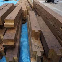 大工による仕口加工のイタウバ材を現場にはこび、現場で組み立てていく在来工法の頑丈なデッキです。