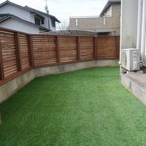 お庭の人工芝が完成!鮮やかなグリーンがウッドフェンスと相性良いです。