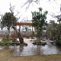 石畳テラスの奥に、高さのあるパーゴラを中心としたレンガテラスと複数の小路でお庭を回遊できます。