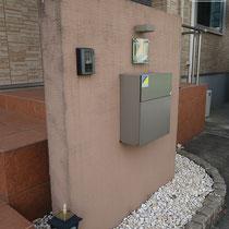 施工前、部分的に剥がれてきた塗り壁門塀、使えるものは再利用しながらリニューアルします。