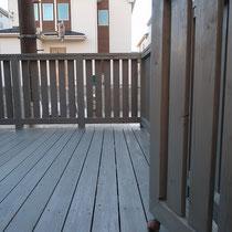 扉も含めてキレイに塗装、グレー色は退色した木材の色なので仕上後も自然な風合いでなじみます。