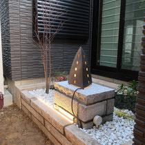 タマリュウや苔、白玉砂利を入れて照明の点灯テストを実施。