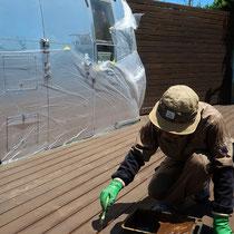 塗装は二回塗りを実施、床板隙間には細い刷毛で塗り残しがないように配慮します。