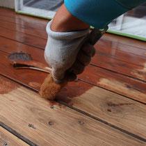 ゴミが詰まりやすく腐食しやすい隙間には、専用の刷毛でしっかりと塗装をします。