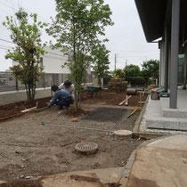 芝生を撤去し不要な土を場外処分。石貼りスペースは枠を組んで砕石を敷き詰めます。