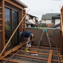 四方を囲まれた2階バルコニーでの作業は、部材の加工や荷揚げ搬入、組立ても苦戦します。