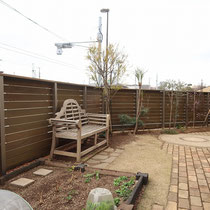 完成した中庭の写真。キレイなオリーブ色のウッドフェンスになりました。