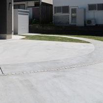 奥庭に続くコンクリート通路はバイクガレージへ接続。御影のピンコロラインがさりげなく演出されています。