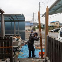既存のアルミ門柱を撤去し、新たに軸となる柱を立て込んでいきます。
