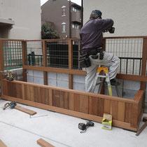花壇のプランターと一体化したフェンスで、植物の背景を作ります。