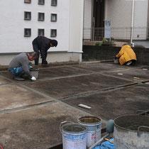 まずは溝に溜まった土を取り除き、コンクリートで下地を作ります。