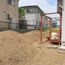 デッキ完成後にまずは土をさらに掘削、築山の大まかな仕上げをします。