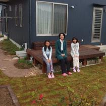 完成後の記念撮影。道路から庭までの小路と、花壇と芝生を石で見切りをしたお庭です。