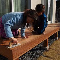 紙やすりでこすると、イタウバの木目が更に滑らかになります。子供たちも楽しんでお手伝いしてくれそうですね。
