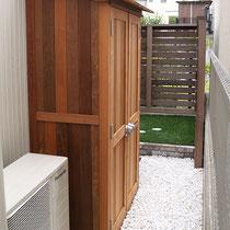 贅沢な木製物置が完成しました。お庭の風景にもなじむ無塗装の仕上がりです。