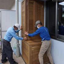 工場で制作したものを搬入し、現地で組み立てていきます。それぞれが大きな箱で3人がかりで持ち込みました。